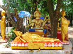 #9c: Statue of Brahma in the background of reclining Buddha statue.
